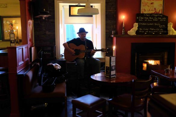 singer in doolin pub