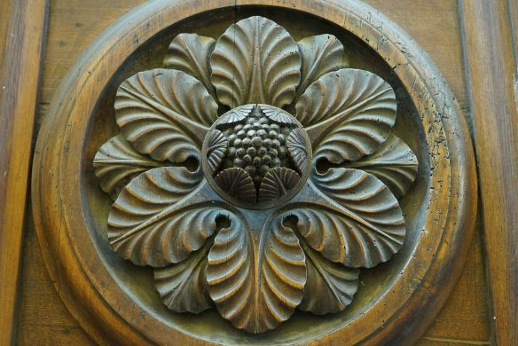 pine cone on door - @gonetours.com