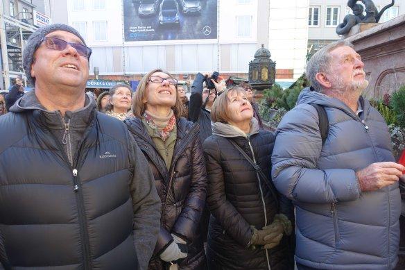 group-watching-glockenspeil-ws