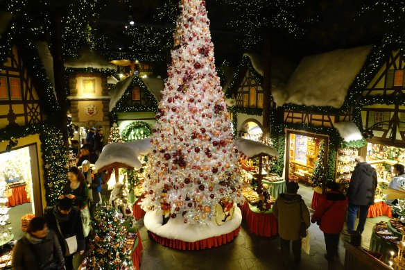 int-christmas-shop-with-tree